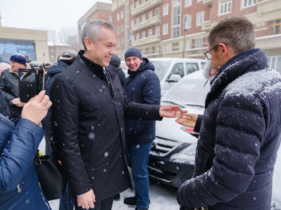 Новосибирский губернатор вручил новые машины передовикам-аграриям
