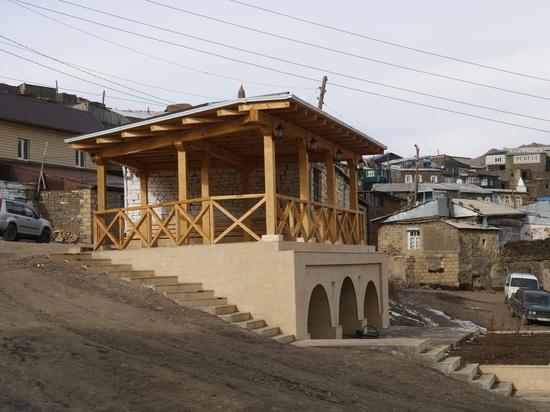 В горах Дагестана построили годекан и благоустроили двор мечети