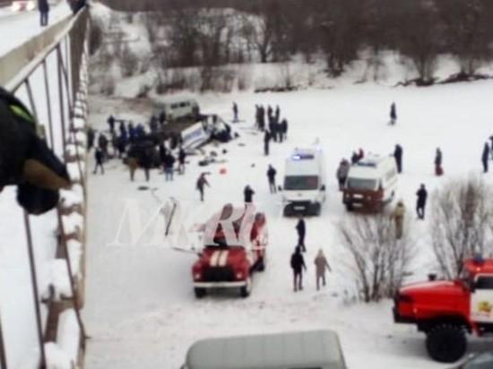 Опубликовано видео с места падения автобуса с моста в Забайкалье