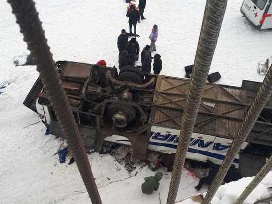 МЧС: Слетевший с моста автобус поставили на колеса, спасены 26 человек