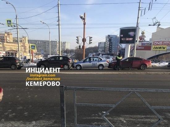 Тройное ДТП из иномарок и машины ГИБДД в Кемерове оказалось меньшим из зол