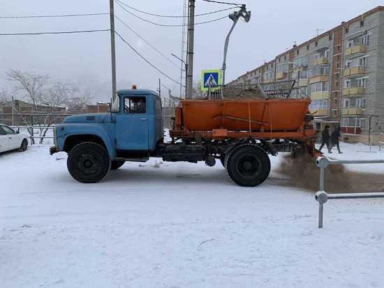 За ночь на улицы Улан-Удэ высыпано 570 тонн песка