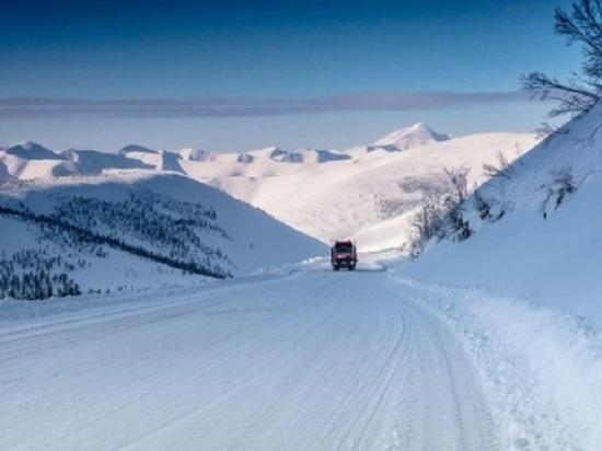 Затруднено движение на трассе в Магаданской области: чистят снег