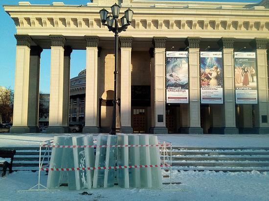 Площадь в центре Новосибирска завалили глыбами льда