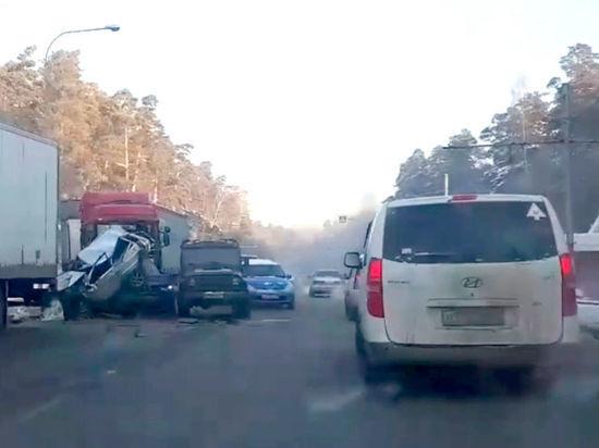 Два грузовика и три легковушки попали в ДТП на Логовом шоссе в Кемерове