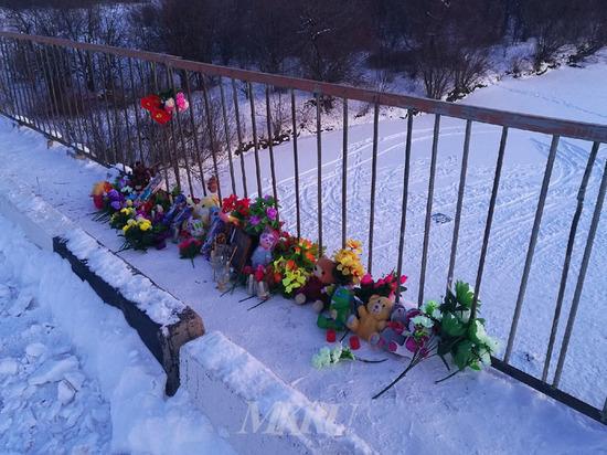 Забайкальцы несут цветы и игрушки к месту автокатастрофы под Сретенском
