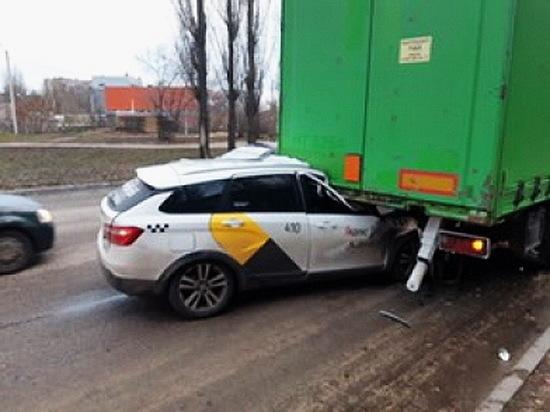 В Воронеже такси заехало под стоящую фуру, водитель погиб