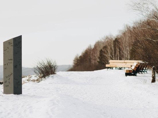Светящийся столб и скамейки-бревна: смотрим на новые арт-объекты в Академгородке
