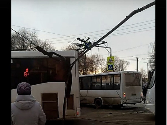 В Кирове автокран оборвал троллейбусные провода