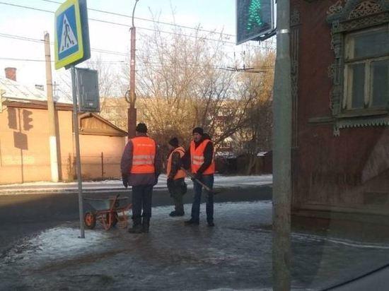 Городские власти сообщают, что в Костроме дорожные службы занялись обработкой песко-соляной смесью тротуаров