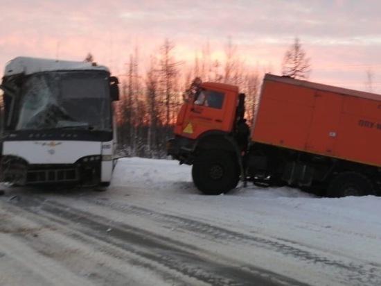 Рейсовый автобус столкнулся с грузовиком под Ноябрьском