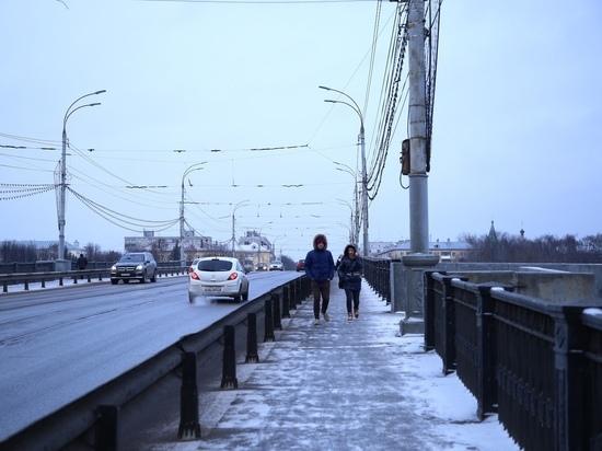 Пешеходам, которые идут по Новому мосту в Твери, стоит соблюдать осторожность - на тротуаре образовался небольшой, но травмоопасный провал