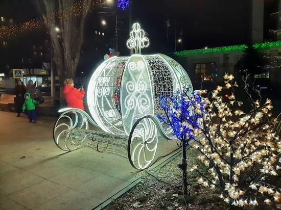 В Саратове бульвар на Рахова украсила новогодняя иллюминация