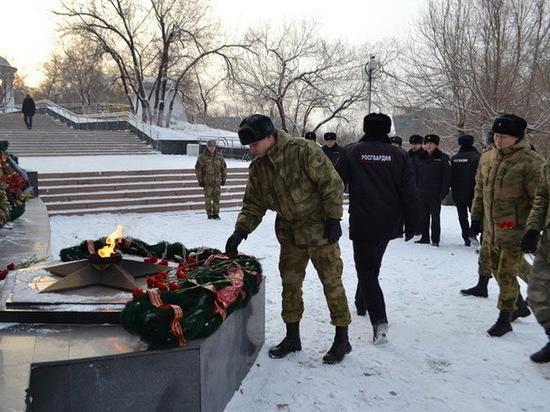 Росгвардейцы Бурятии возложили цветы к мемориалу Победы в День неизвестного солдата