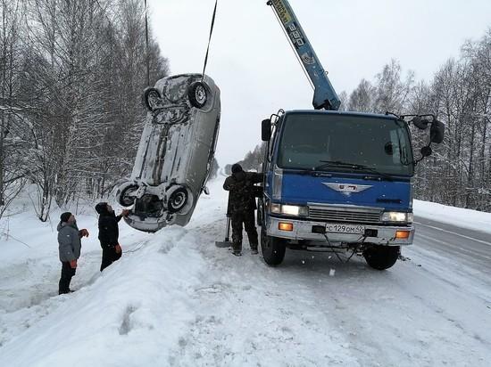 Полицейские помогли водителю перевернувшейся на кузбасской трассе иномарки