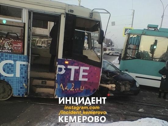 Трамвай протаранил легковушку возле вокзала в Кемерове