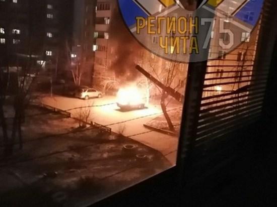 «Жигули» сгорели во дворе на Подгорбунского в Чите
