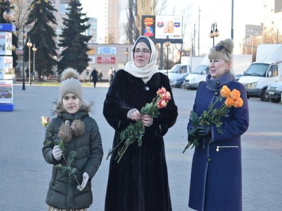На Юбилейной площади мамам дарили цветы