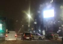 В Волгограде на оживленном перекрестке иномарка столкнулась с такси