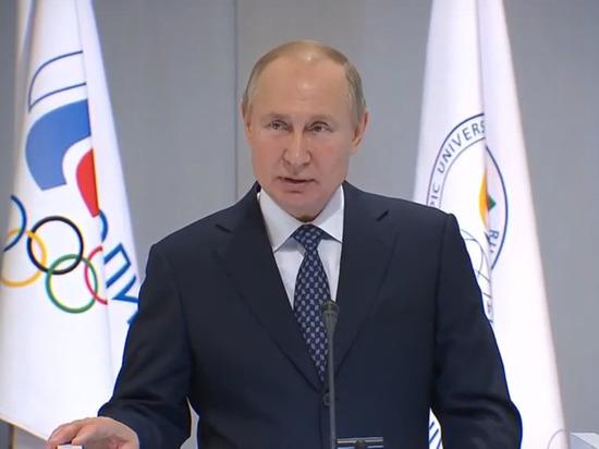 Путин дважды выступил из-за сломанного микрофона