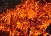 Возле ТЦ «Карамель» в Иркутске загорелся дом