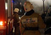 Пожарные спасли 15 человек из горящего дома в Лабытнанги