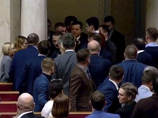 Депутаты партии Зеленского подрались в Раде из-за женщины