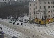 Маршрутка с людьми вылетела на остановку в Челябинске, пассажир впал в кому