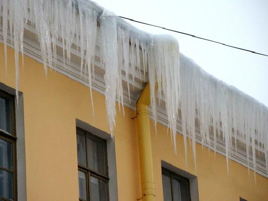 Кировским УК указали на наледь и сосульки на крышах