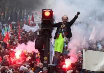 Происходи такое в прошлые времена, советская пресса писала бы, что ширится, растет забастовочное движение во Франции, и все больше слоев французского общества, недовольного правительственной пенсионной реформой, участвуют в стачке