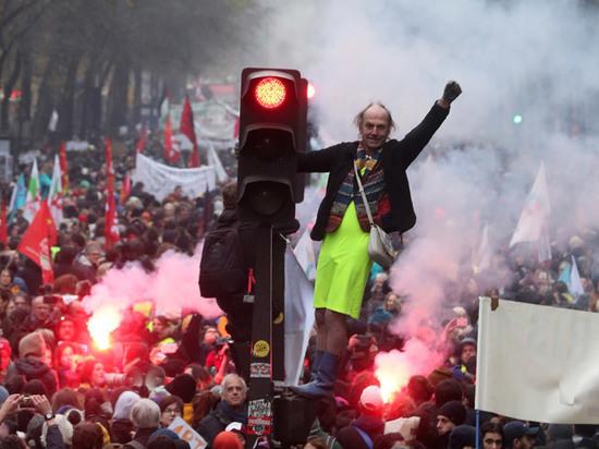 Пенсионная реформа Макрона погрузила Францию в хаос