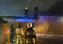 В Екатеринбурге горит трехэтажное здание на улице Радищева
