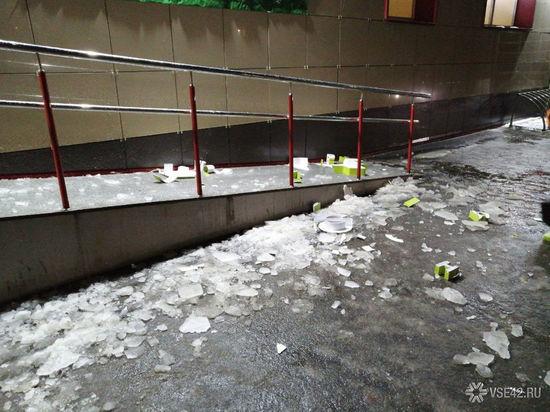Ледяная глыба проломила вывеску кемеровского супермаркета