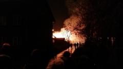 В Костромской области пожар уничтожил жилой дом и четыре автомобиля