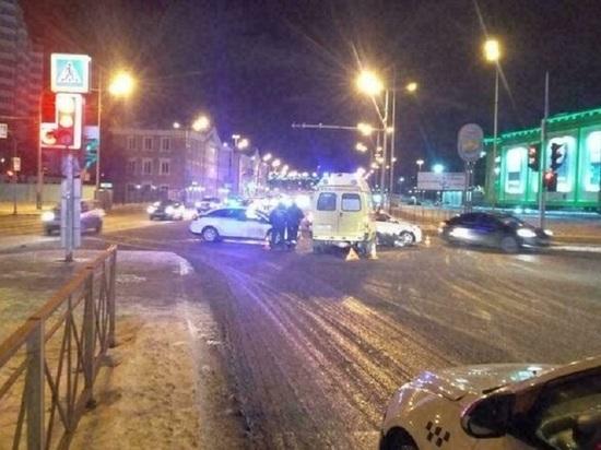 Иномарка столкнулась со скорой на перекрестке в Тюмени