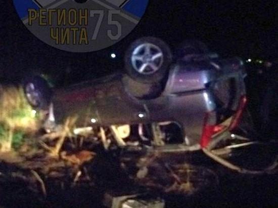 Водитель в Чите врезался в дерево и фонарный столб и перевернулся