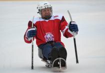Дети из Академии Фетисова посетили товарищеский матч по следж-хоккею на ГУМ-катке