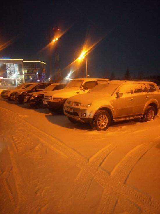 Дорожники не смогли убрать снег из-за автомобилей в Новом Уренгое
