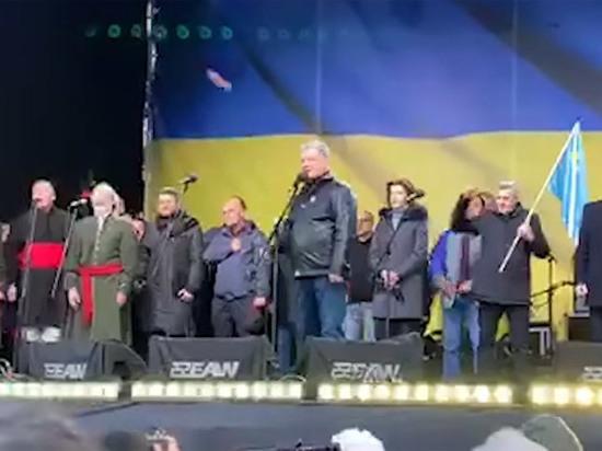 В Киеве задержали мужчину, закидавшего яйцами Порошенко