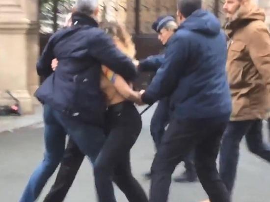 Полуобнаженные женщины пытались сорвать встречу Путина и Зеленского