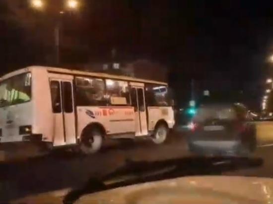 Наглый автобус объехал пробку по встречке: водителя наказали