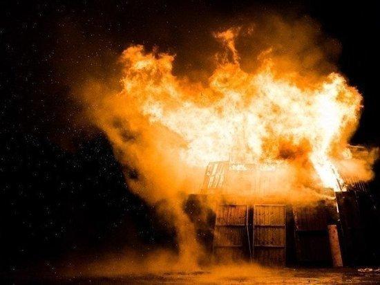 Пожарные спасли восемь человек из горящего дома в Белоярске