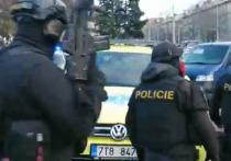 Неизвестный человек в красной куртке и ростом около 180 см устроил больницу возле Остравской университетской больницы в Чехии около семи часов утра
