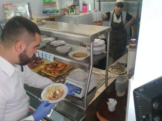Эксперты ОНФ провели очередной рейд проверки организации питания в одной из школ и детском саду Симферополя.