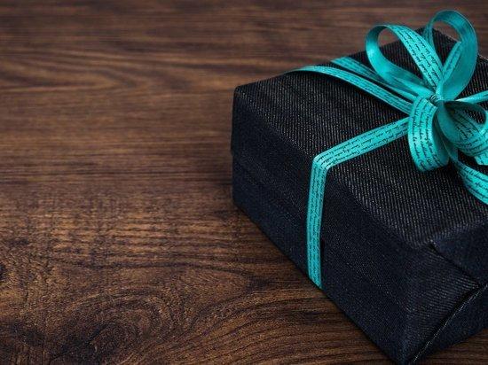 Минтруд напомнил чиновникам о запрете брать подарки