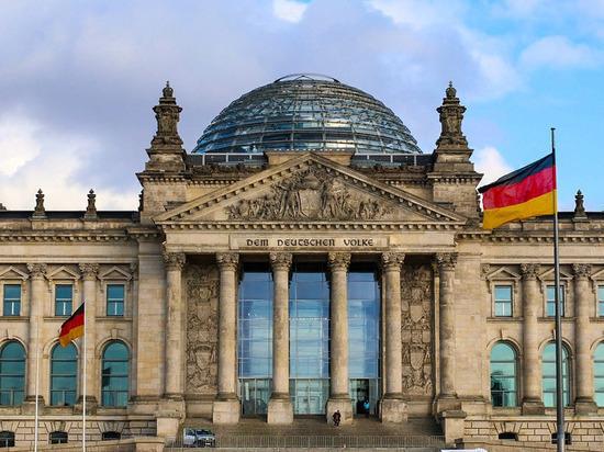 """В парламенте Германии обвинили Меркель в """"капитуляции"""" перед США"""