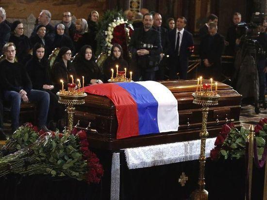Батурина забрала флаг с гроба Лужкова