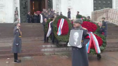 Гроб Лужкова вынесли из храма под колокольный звон