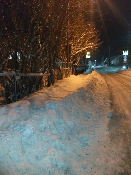 В Салехарде завалили снегом тротуар возле детсада