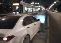 Автомашина под управлением майора полиции снесла ограждение трамвайной остановки на северо-западе столицы